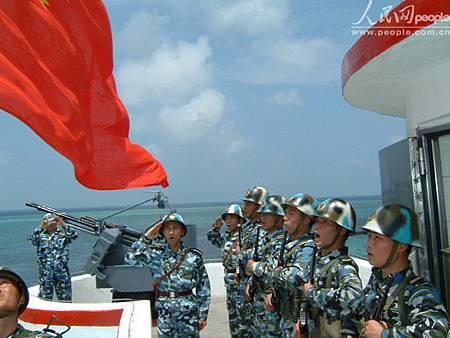 南沙東門礁駐軍升旗.jpg