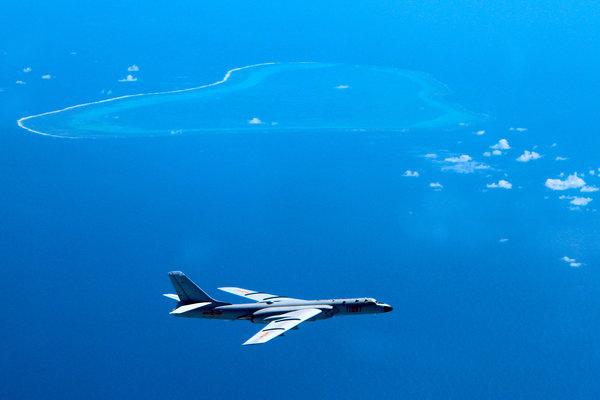 中國轟六K戰機飛行在南海上空.jpg