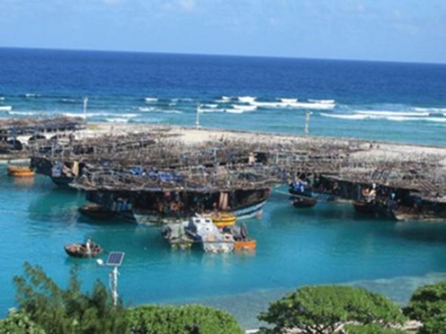 越佔南子島港中避風的船隻.jpg