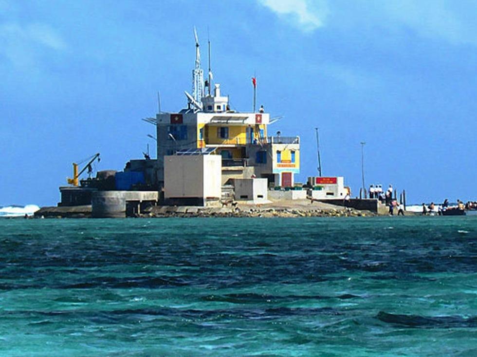 越佔南華礁的礁堡.jpg