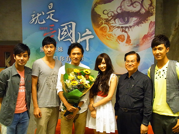 電影處處長陳志寬(右2)贈花給本次票選優勝的《魚狗》.JPG