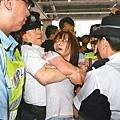 陀衰港梁振英出席活動惹示威 男警公然熊抱社運女生享受青春女性軀體 犯猥褻罪行