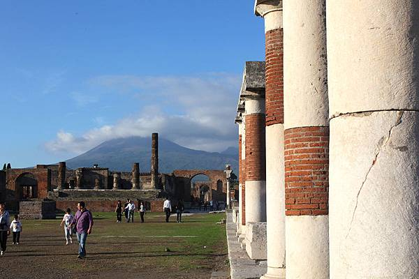 龐貝城遺址和遠處的維蘇威火山(圖/Franco Origlia/Getty Images)