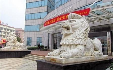 中共各地官員喜歡在政府建築前放置石獅子、風水石、轉運石等風水物品,助其升官發財。