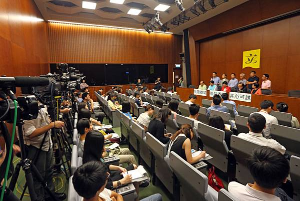 香港泛民主派8月12日召開記者會,批評特首梁振英周日意圖藉政治打壓林慧思老師轉移視線,挑撥離間警民關係,撕裂香港,透過官黑勾結在港大搞中共文革式批鬥。
