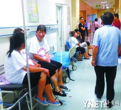 8月13日,北京海淀區北蜂窩南路發生一起群體自殺事件,知情人爆料稱自殺的民眾是哈爾濱鐵路局退伍軍人的家屬,他們為子女的安置討說法,在絕望下被逼喝農藥自殺。圖為,自殺者正醫院進行搶救。(網絡圖片)