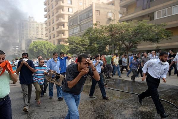 埃及安全部14日大舉清理抗議群眾的2個營地,雙方爆發嚴重衝突,造成眾多死傷。(KHALED DESOUKI/AFP/Getty Images)