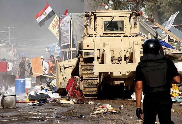 埃及安全部隊以裝甲車清理抗議營地的帳篷。(STR/AFP/Getty Images)