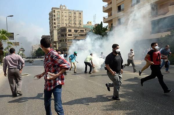 埃及安全部隊以催淚瓦斯驅離抗議群眾。(KHALED DESOUKI/AFP/Getty Images)