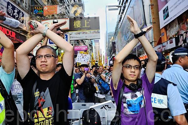 兩名聲援林老師的民眾,向台上撐國教的香港家長聯會主席李偲嫣說不!(宋祥龍/大紀元)