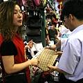 目前全球仿冒品之70%是來自中國。圖為假貨充斥的北京秀水街市場,攤商正在兜售。(Peter PARKS/AFP)(AFP PHOTO/Peter PARKS)