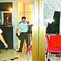 賊人用鎚扑爆東方表行側門玻璃門,潛入爆竊。馬嘉鍵攝