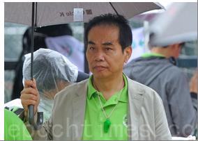 青關會主席洪偉成身著青關會綠衣出現在香港街頭