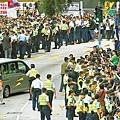 昨日場外有數百警員戒備,梁振英座駕離開時示威者皆報以噓聲。
