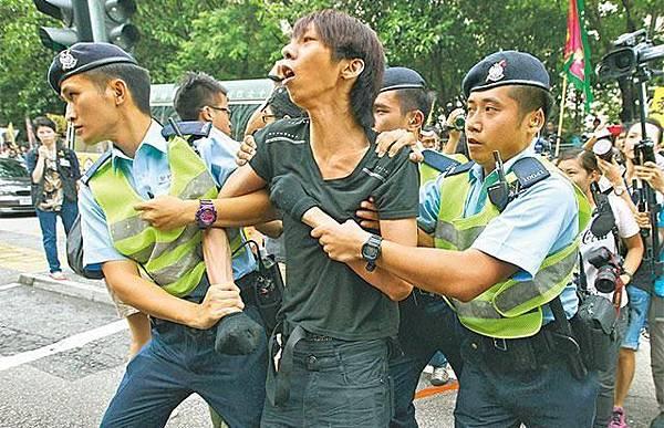 早前被屈搶槍的招顯聰昨再被警方以在公眾地方行為不檢拘捕,晚上獲釋。