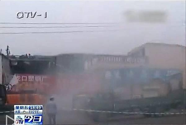 山東省青島市嶗山區李沙路王姓業主為保護家園,點燃禮花彈擊退100多名公安和城管。(視頻截圖)