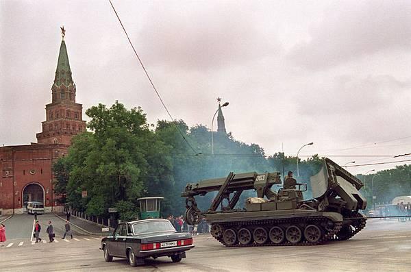 1991年8月21日,蘇共解體,陸軍坦克離開克里姆林宮。(VITALY ARMAND / AFP)