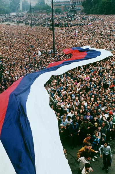 1991年8月22日,約有100萬名俄羅斯聯邦總統葉利欽支持者在莫斯科慶祝為期三天的政變推翻蘇聯共產黨。(ANATOLY SAPRONENKOV / AFP)