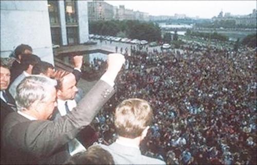 1991年8月19日,俄羅斯聯邦總統葉利欽在莫斯科呼籲軍隊槍口不能對向人民,並呼籲舉行全國總罷工和大規模示威。隨後,葉利欽宣佈蘇共為非法組織。 (AFP)ANATOLY SAPRONENKOV / AFP)