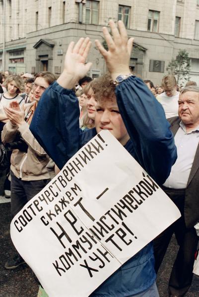 1991年8月20日,一個蘇聯婦女咬著「沒有共產黨軍政府」海報。(DIMA KOROTAYEV / AFP)