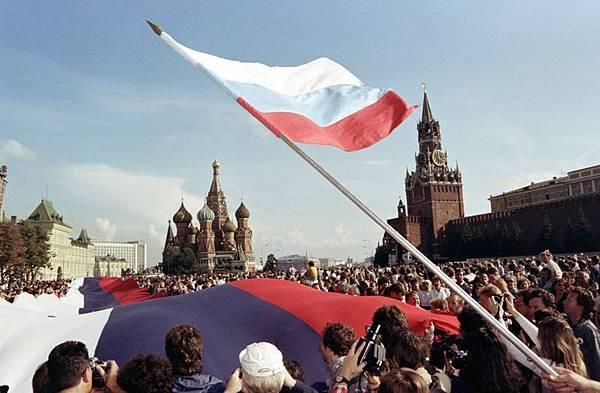 1991年8月22,莫斯科紅場,人們揮舞著國旗慶祝蘇共解體。(ANATOLY SAPRONENKOV / AFP)