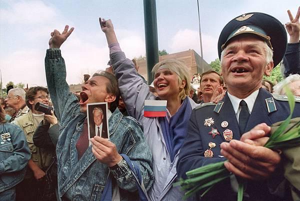 1991年8月22,約有100萬名俄羅斯聯邦總統葉利欽支持者在莫斯科慶祝為期三天的政變推翻戈爾巴喬夫所代表的共產黨。(ANATOLY SAPRONENKOV / AFP)