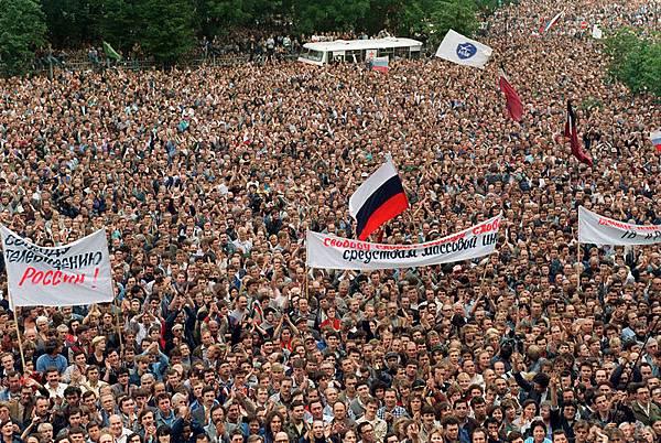 1991年8月20日,俄羅斯議會大樓前,50萬人聚集支持葉利欽。(VITALY ARMAND / AFP)