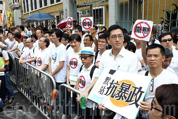 約300人穿着白衣,參加由社民連發起的「默站」行動。