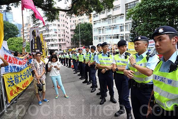 梁振英8月18日再次落區到觀塘出席論壇,各個政黨團體過千人到場抗議,批評梁振英出動黑社會,用文革批鬥的方式撕裂香港社會,並造成警民衝突。