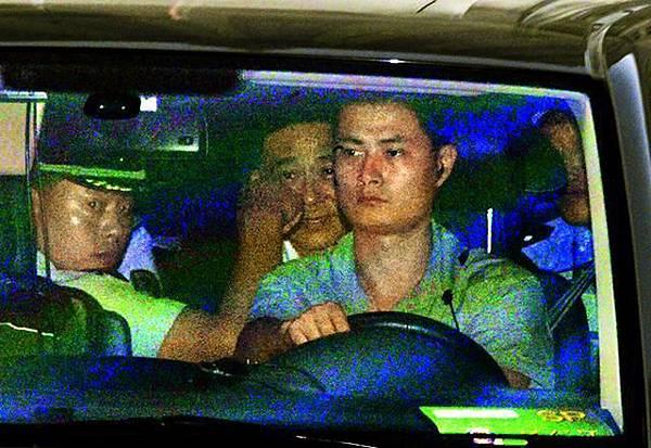 重慶前市委書記薄熙來(中)昨由公安專車押送下,離開濟南中級人民法院。