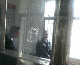 廖志軍(右)在湖南常德津市監獄一監區接見室。(網絡圖片)