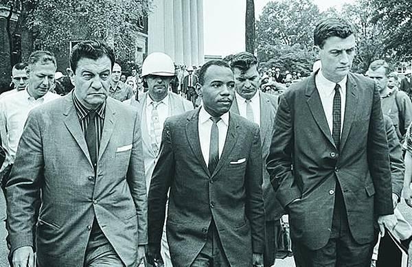 1962年 士兵護送入學 梅迪雷恩(中)入讀南密西西比大學,甘迺迪總統派士兵護送他到大學註冊