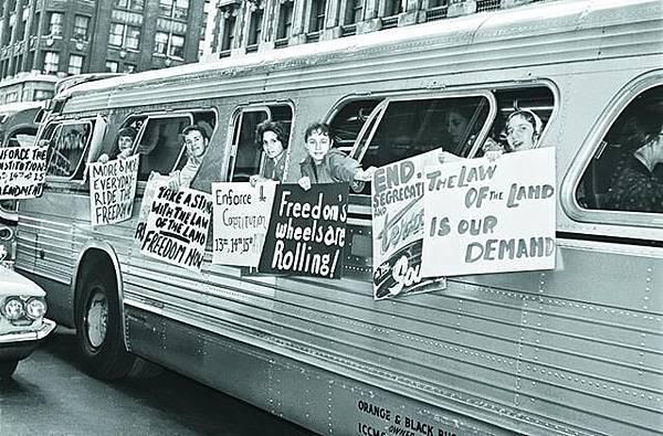1961年 自由乘客運動 黑人和白人發起自由乘客運動,乘坐巴士到南部抗議巴士站實施種族隔離