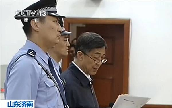 在五天的庭審當中,薄熙來(中)出乎意外反擊,跟中南海公然對抗。外媒分析說,當局選擇用經濟犯罪起訴薄熙來而忽略政治罪行,是一個戰略性錯誤。(CCTV / AFP)