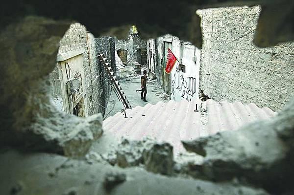 阿勒頗舊城區一名敍利亞自由軍在街上巡邏。路透社