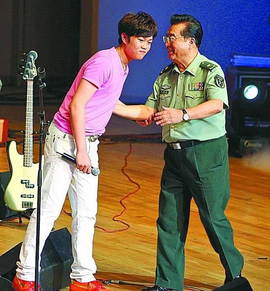 李雙江(右)被兒子氣病,在家休養。路透社