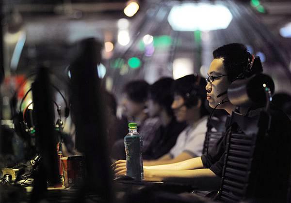 有周永康「管家」之稱的吳兵被捕後供稱,周永康豢養了中國最大的網路黑社會團伙,用來打擊政敵。圖為北京一處網吧。(AFP)