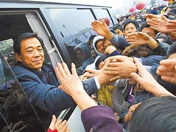 薄熙來01年在大連市任市委書記時,與群眾握手道別。