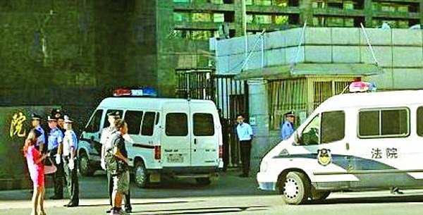 押送李天一的警車駛入法院。
