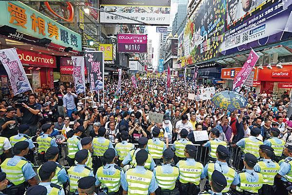 包括人民力量、熱血公民和網民組織等五個民間團體,8月4日在香港旺角行人專用區集會,支持為法輪功仗義直言而被中共勢力抹黑的林慧思老師。(潘在殊/大紀元)