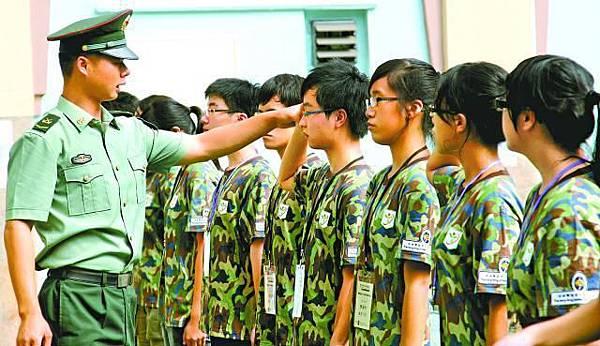 參加青少年發展聯會舉辦的德育訓練營學生,需接受解放軍閱兵式軍訓。馬會網頁圖片