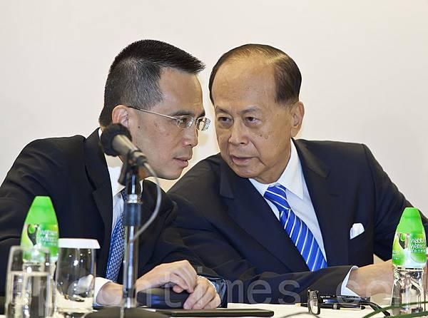 李嘉誠和長子李澤鉅去年出席業績會。(攝影:余鋼/大紀元)  頻頻投資歐洲