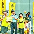 譚德志(左)及譚香文(右)昨到警署舉報陳茂波涉嫌違反公司條例。姚國雄攝