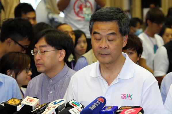 江派核心人物、中共人大常委會委員長張德江在北京高調公開會見香港紀律部隊,力挺梁振英,再次將梁振英捲入中共高層搏擊,將香港拖入高層爭鬥的磨心。(圖片/潘在殊)