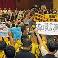 梁振英放假前落區時,遭遇示威,被批評滿口謊言,撕裂香港。(圖片/潘在殊)