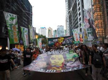 香港親民主示威者要求普選敦促梁振英下台2013年7月1日(Reuters/路透社)