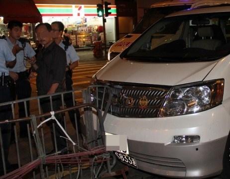 七人車撞欄,司機阻差辦公被捕。