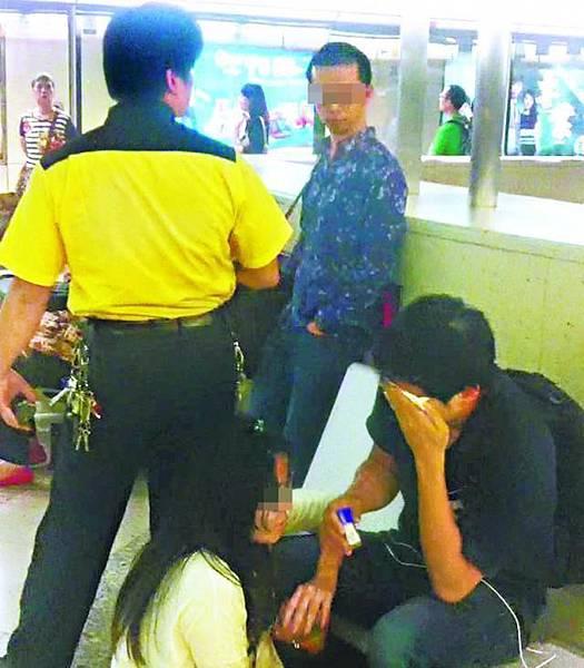 【港鐵介入】■中拳男子左眼不斷流眼水,港鐵職員上前阻止涉打人男子離開。