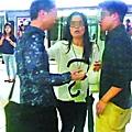 【疑搶銀包】■四眼男(左)涉嫌搶女子(中)銀包,被途人(右)制止。