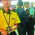 【警員到場】■警員向涉嫌打人的男子查問及登記資料。